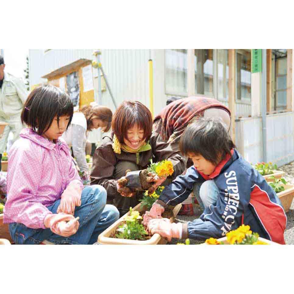 【東北に花と緑、美しい故郷の風景を贈る】お母さんたちを復興の主役に! そんな思いから始まった、「花咲かお母さんプロジェクト」。お預かりする基金の一部は、地元への花植えだけでなく、東北コットンを育てる農家さんへの支援に役立てられます。