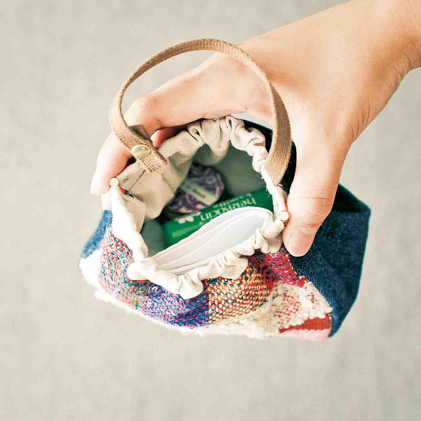 片手でパカッと開くばね口。内側は汚れをふき取りやすいナイロン生地。