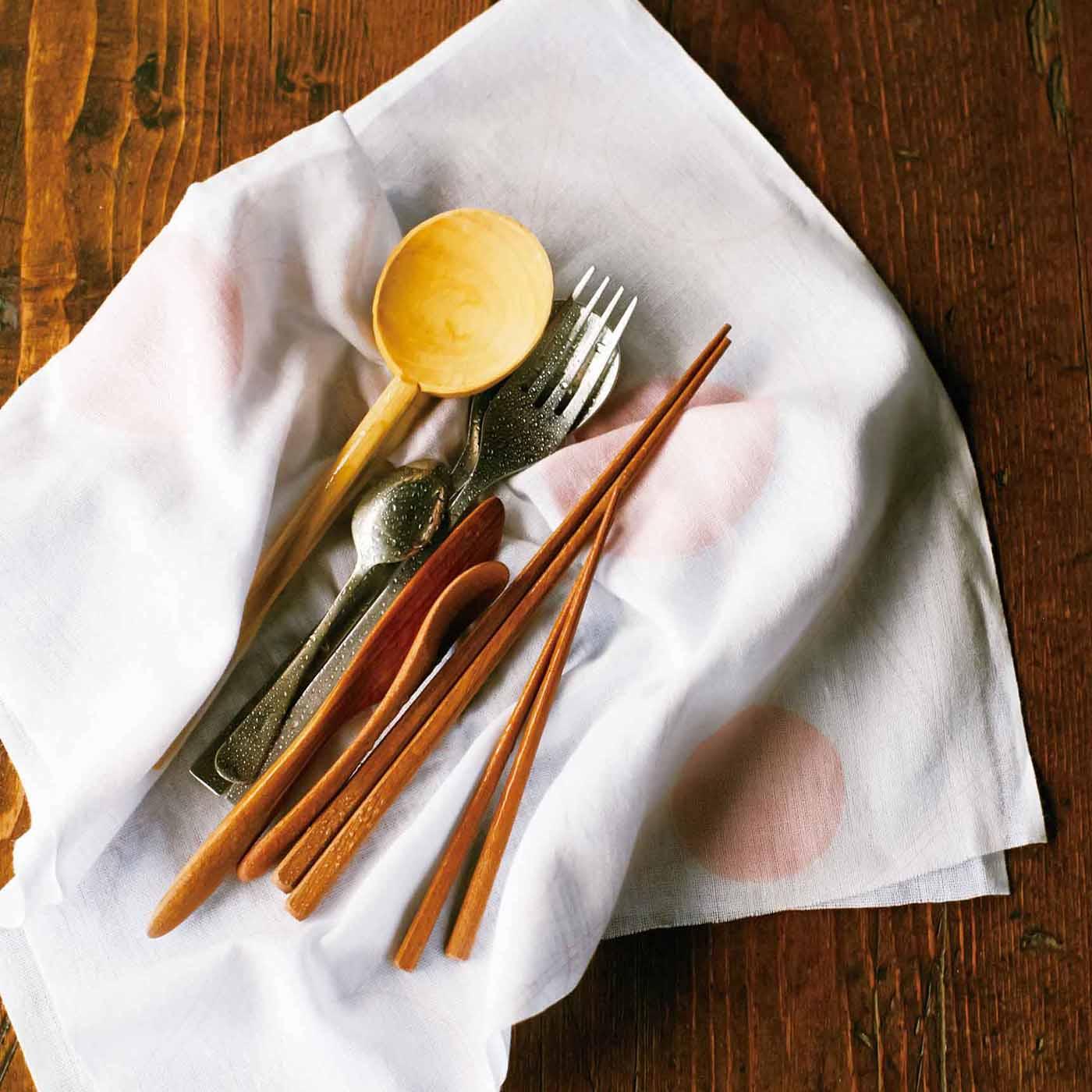 〈乾かす〉大切な食器もやわらかくふけます。水気をさっと吸って、乾きやすいのもうれしい。