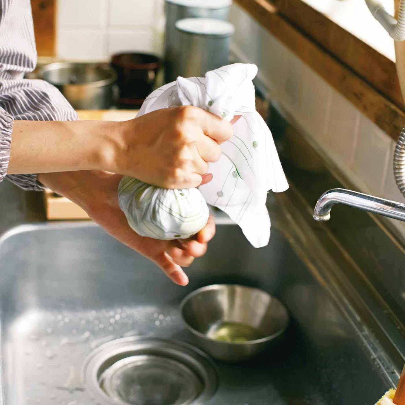 〈絞る〉ゆでた野菜の水気をしっかり絞ってくれるから、おひたしもプロ級の仕上がりに。