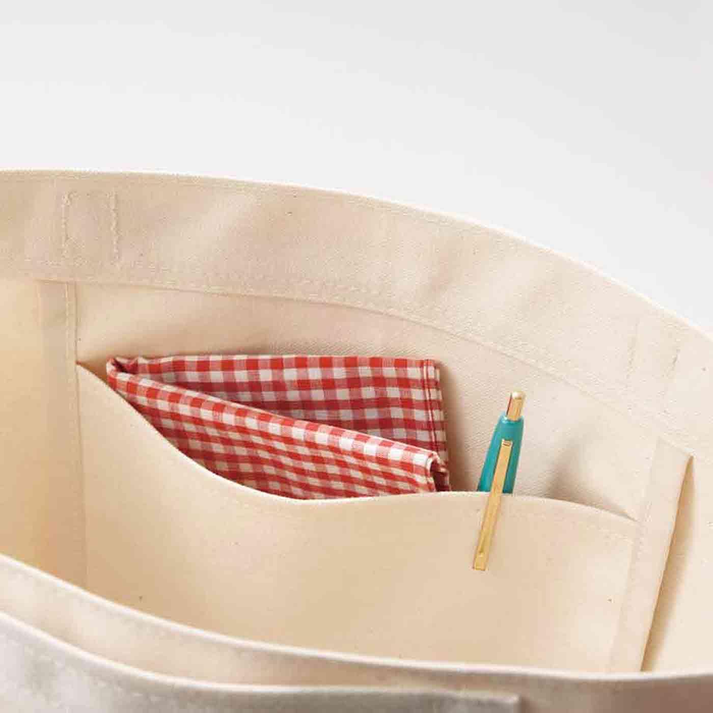 内ポケットはペンやハンカチなどすぐ取り出したいものを入れて。
