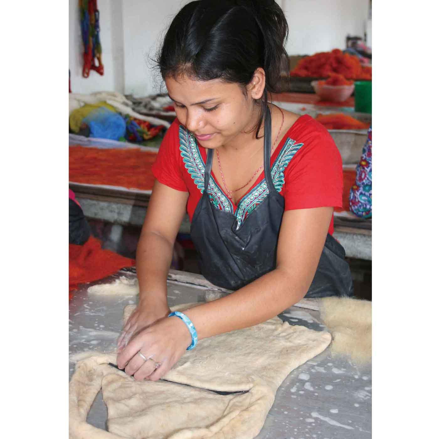 ウールの染色、乾燥のあと、フェルトを手でこねてていねいに成形。技術習得しやすいので、ネパールの女性が仕事を新たに始めるのにぴったり。