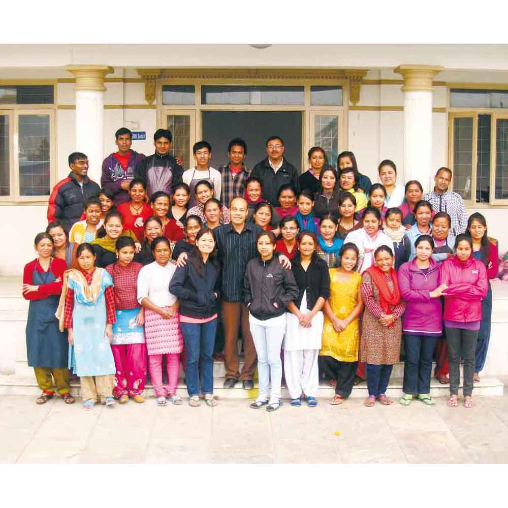 「ネパール・トラディショナル・クラフツ」とフェリシモは、1999年より伝統工芸の技を生かしたものづくりを行っています。3人から始まった事業が、今では300人規模に成長。みなさんのお買い物が女性たちの自立を助け、その子どもたちの夢を応援することにつながります。