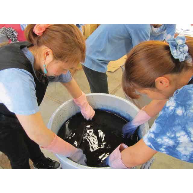 【宮城・気仙沼 気仙沼工房・藍】技術を身につけ生活の再建を目指すグループ。工房では女性メンバーが染色作家の指導のもと日々、藍染めの技術を磨いています。染の手法や素材、アイテムの開発にも熱心。完成度の高い製品を生み出しています。