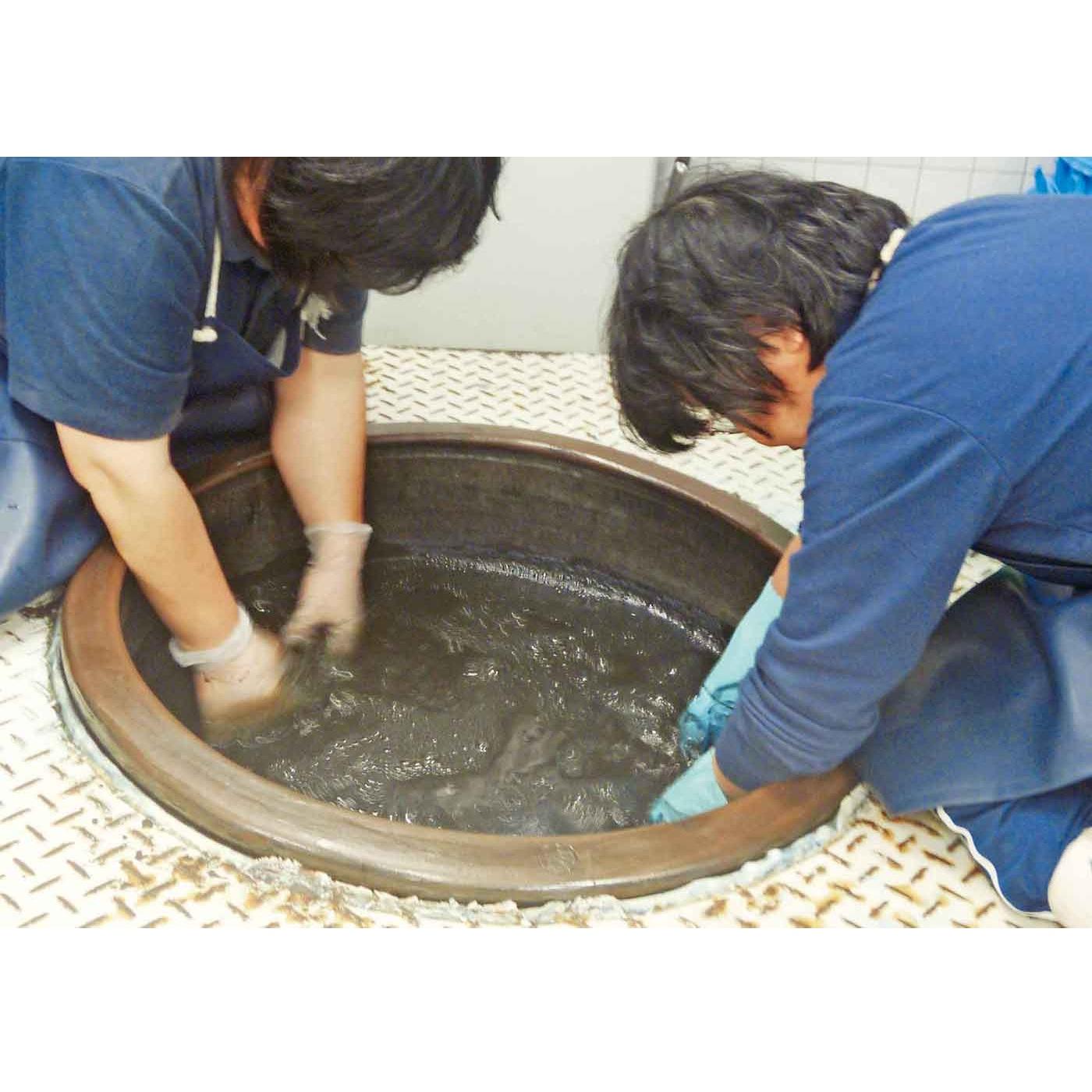 徳島の作業所さんでは、今では貴重な天然の藍草を原料にした「すくも藍」でていねいに染めています。