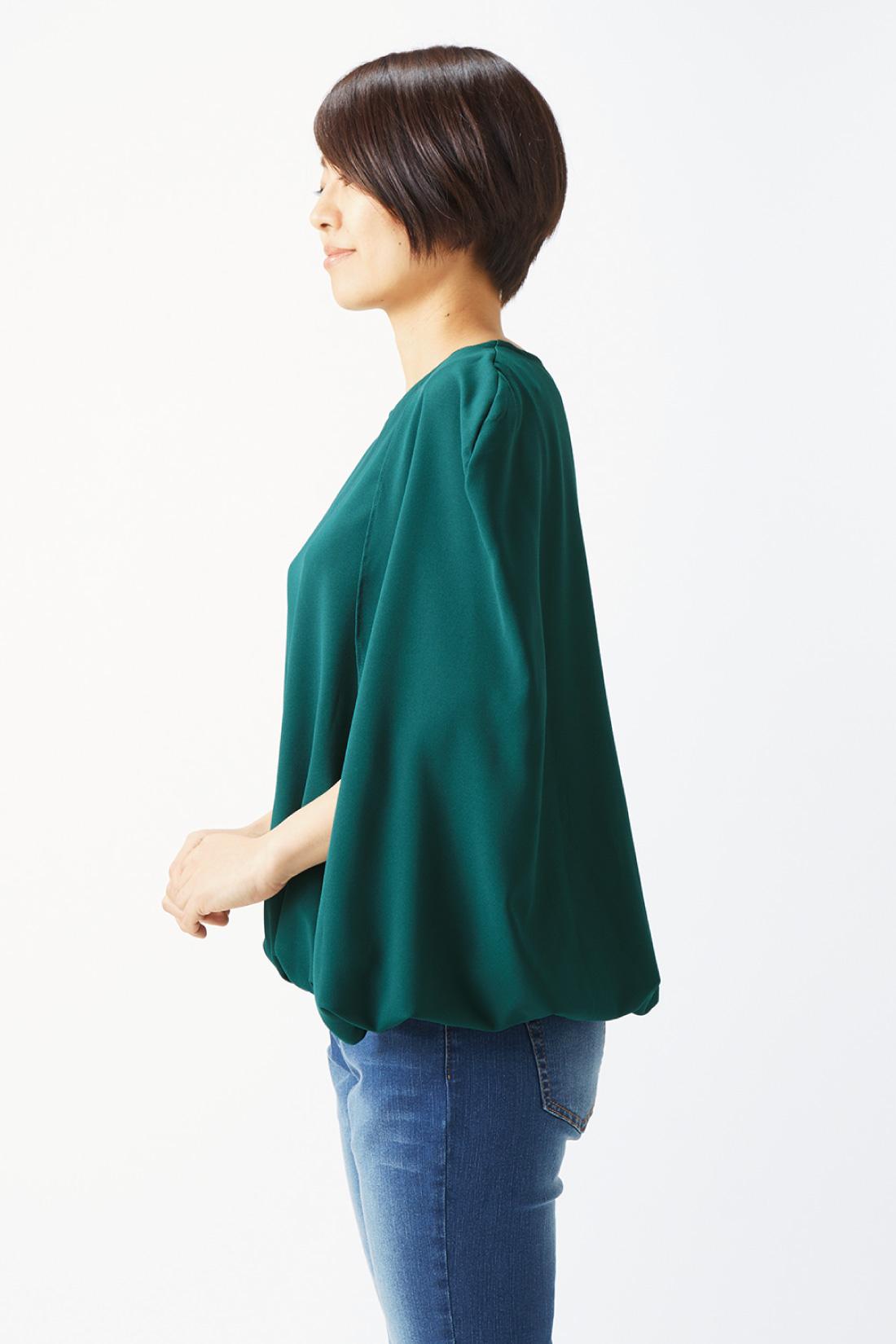 ノースリーブトップスの肩にケープを重ねたような仕様。ずり落ちないのも安心。※着用イメージです。お届けするカラーとは異なります。