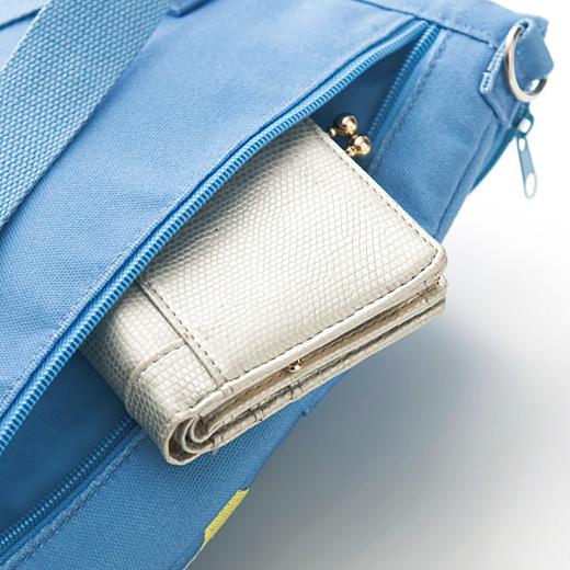 財布などの貴重品はファスナー付きの背面ポケットに。