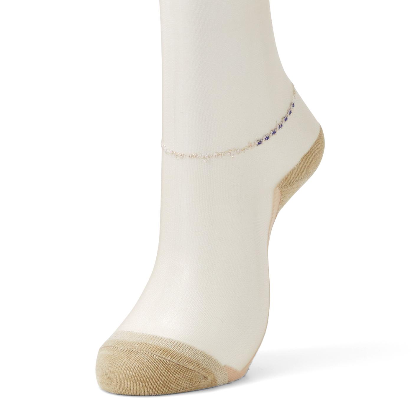 ガウチョパンツなど短めボトムスに合わせやすいひざ丈。はき口幅を広くしやわらかく仕上げているので、ひざ下を締め付けません。
