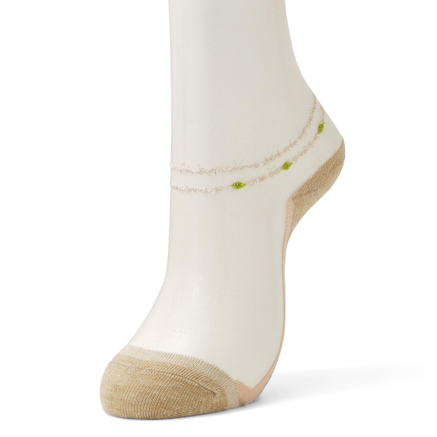 足首には、まるでアンクレットを付けているかのような刺しゅうが入っています。