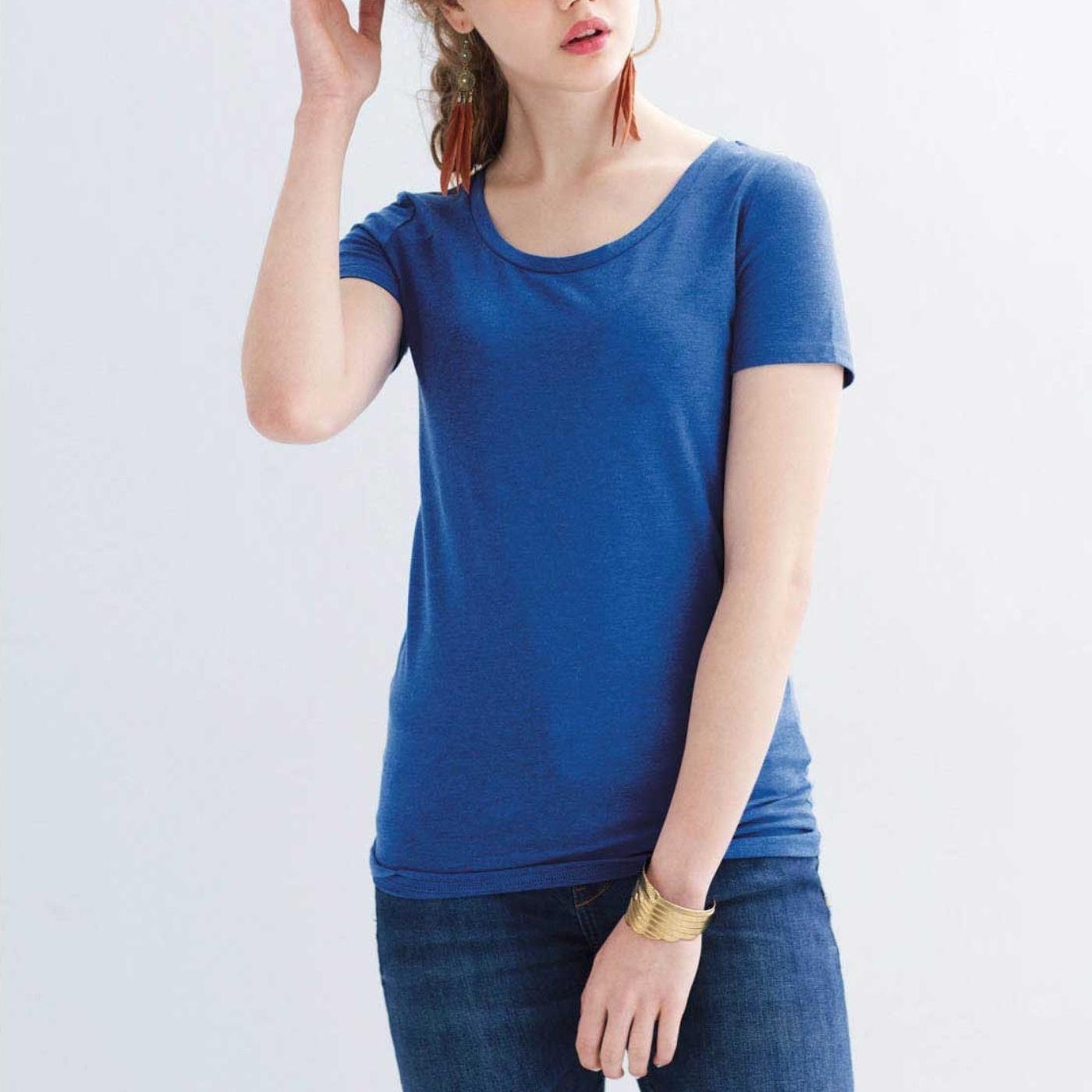 プレーンなTシャツコーデは上向きバストで決める