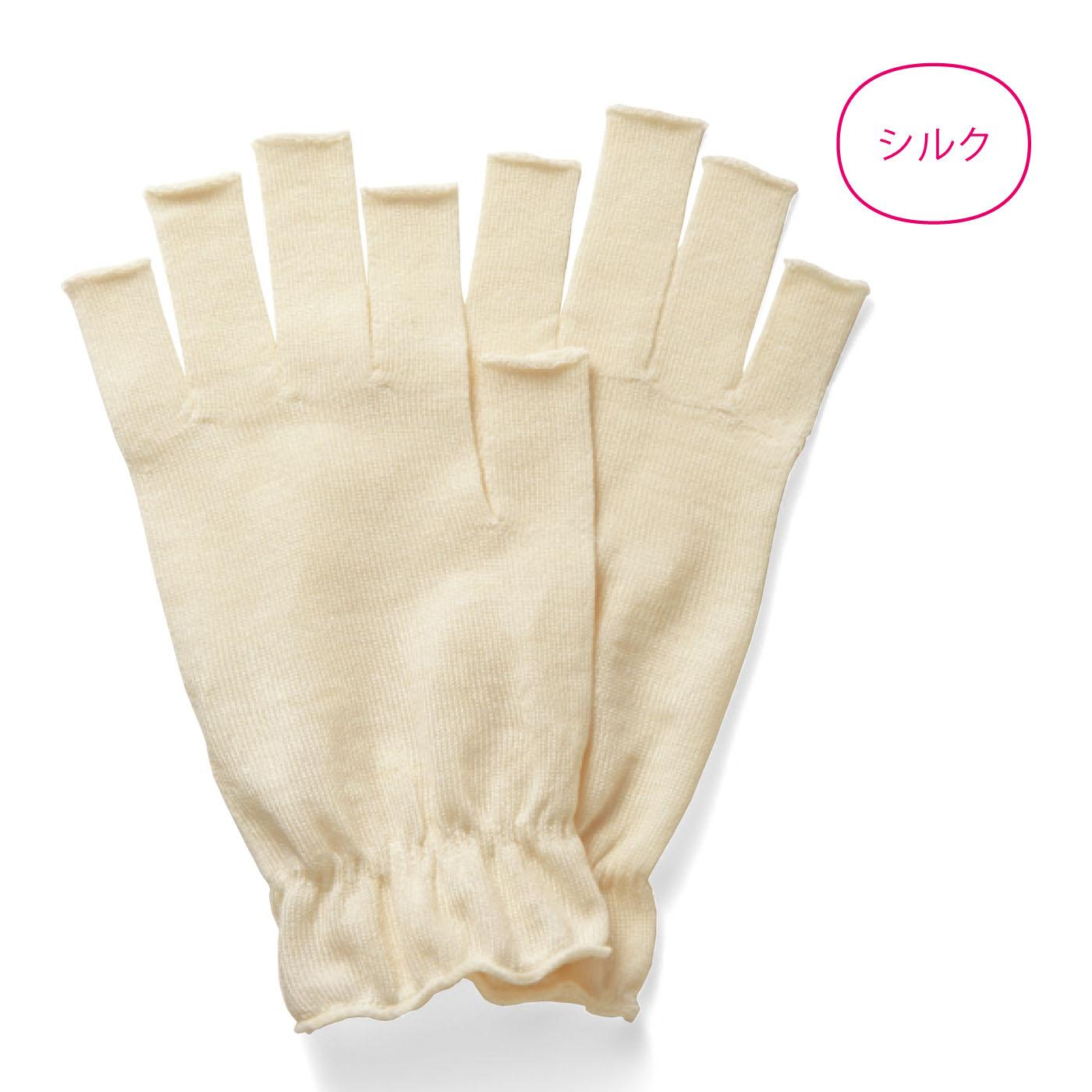 〈オフホワイト〉ハンドクリームを塗って着けると、夜のおやすみ手袋にも。