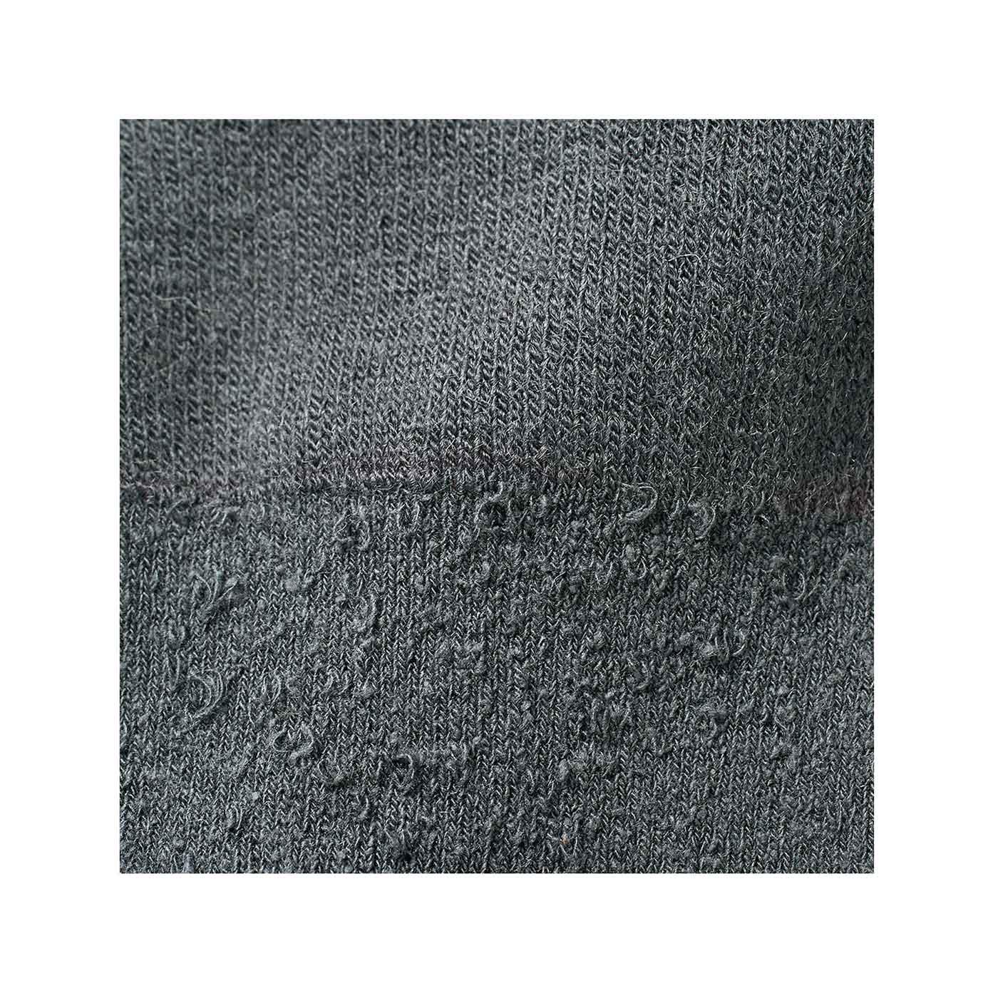 シルクはふんわりとした紬糸(ちゅうし)を使用。外側に出る繊維の節がナチュラルな風合い。