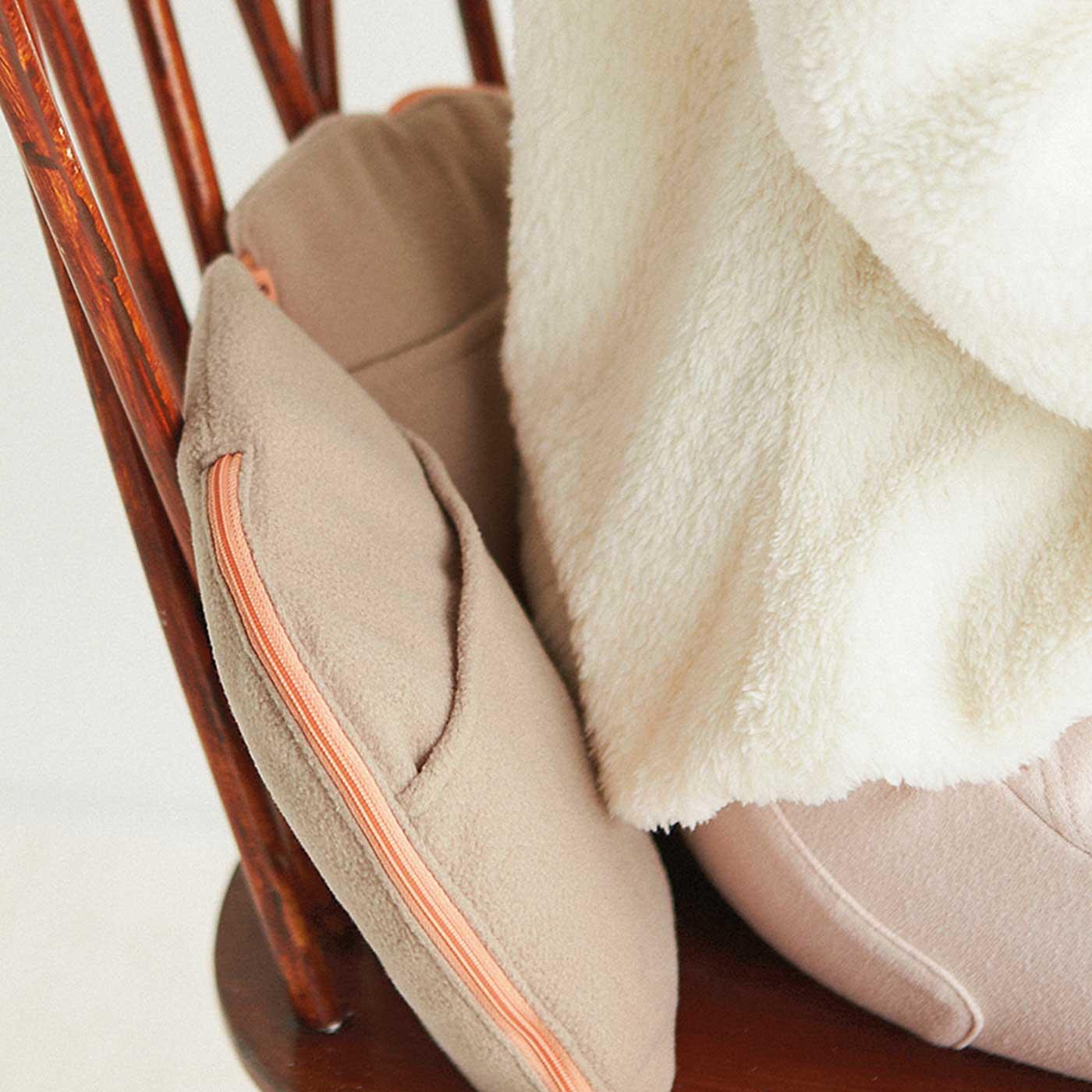 いすと腰の間に挟めば、からだに沿いやすく広い面もぬくぬく。