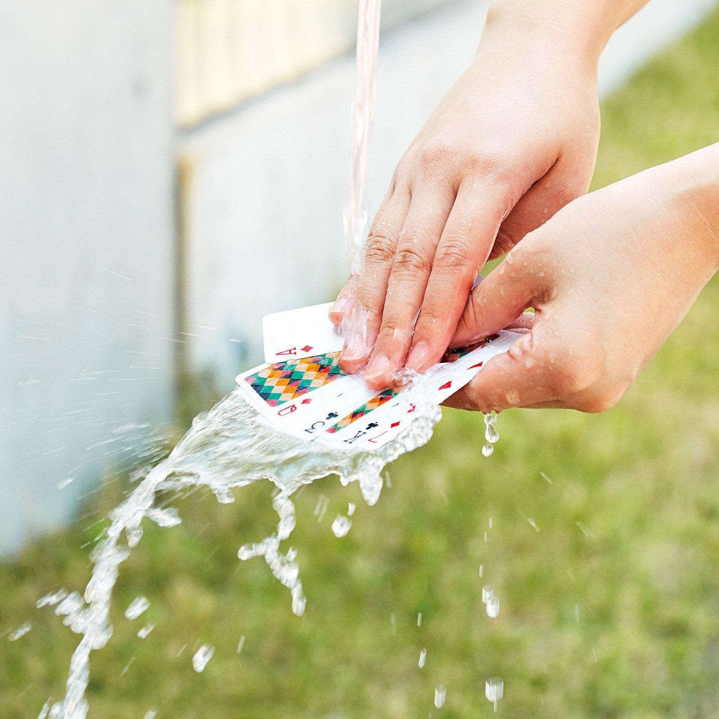 ぬれても汚れてもへっちゃら! 水で洗えるスリムな防水トランプの会
