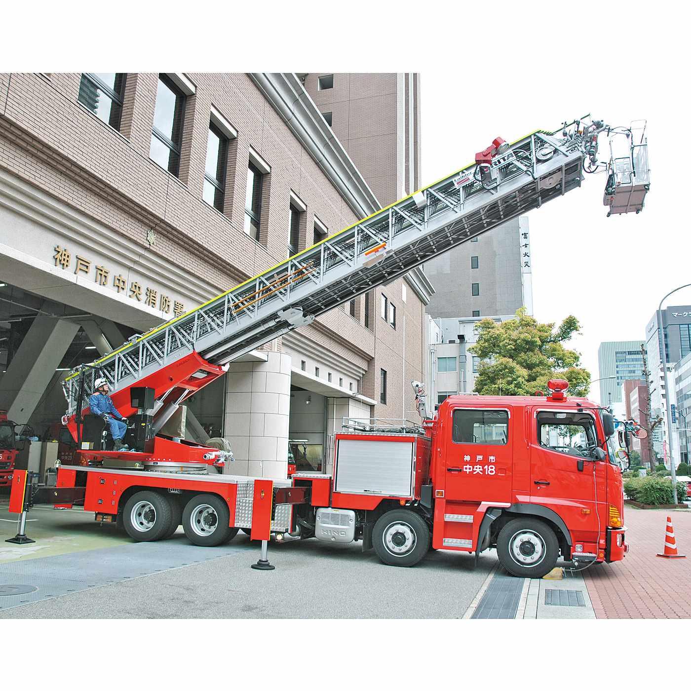 【神戸市消防局】 阪神・神戸淡路大震災の経験から、防火・防災の必要性を伝え、災害に備えて日々訓練をかさねています。火災だけでなく、救急や救助の事案にも即事対応します。