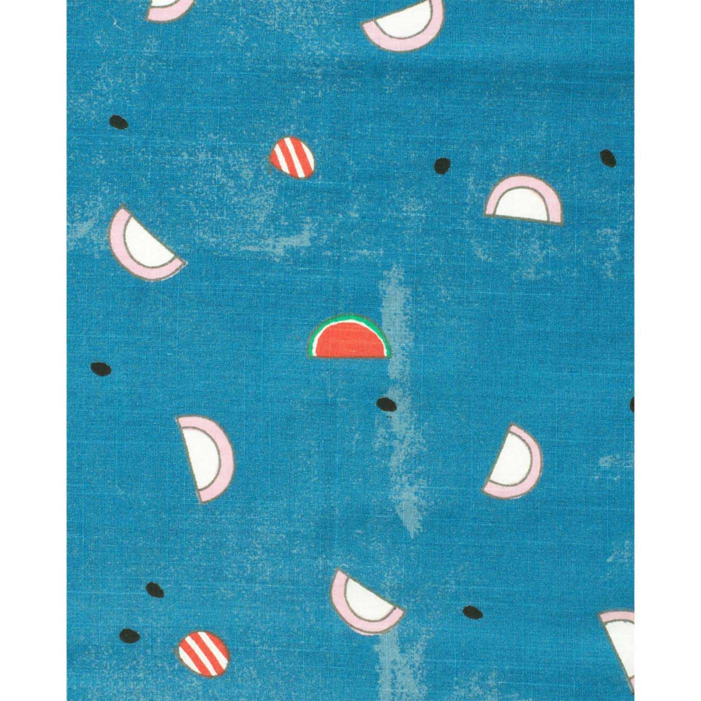 水彩タッチで雰囲気のあるブルーのベースに、ピンクと白のかまぼこがちりばめられています。