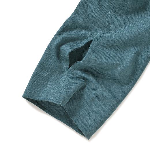 サムホール付きで、手の甲までしっかりカバー。※お届け商品とはカラーが異なります。