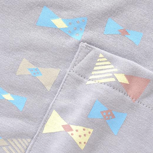 古着にスタンプを押したようなプリント。ポケットから、はみ出たデザインがかわいい。