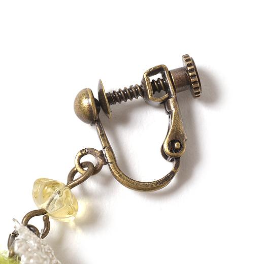 イヤリングの金具は、アンティーク風。