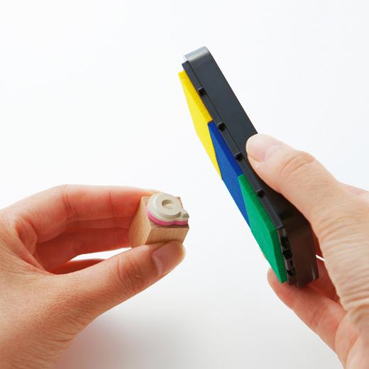 インクパッドを手に持って、はんこの印面に向かってポンポンと上から軽く叩くように少しずつインクを付けます。ムラになりにくく、インクがきれいにつきます。