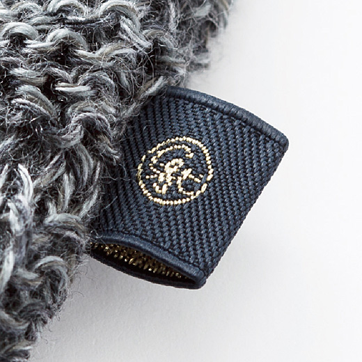 金糸がさり気なくきらめくオリジナルの織りネーム付き。