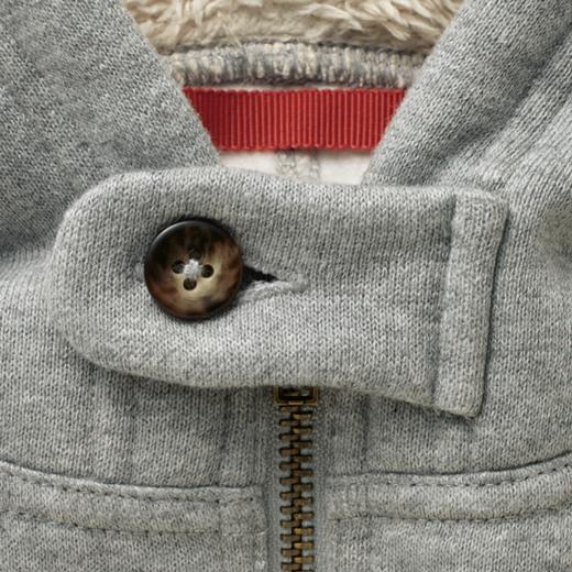 衿もとは風を防げる立ち衿でボタン付き。