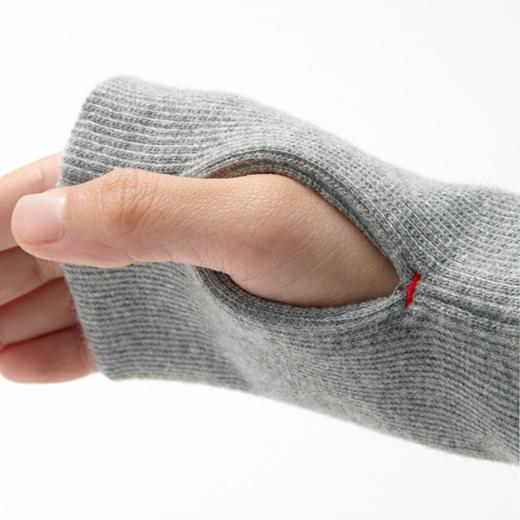 手の甲をすっぽり包む親指ホール付き。