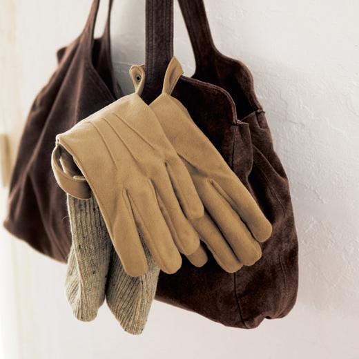 スナップボタン付きで、バッグの持ち手にも提げられるので便利。