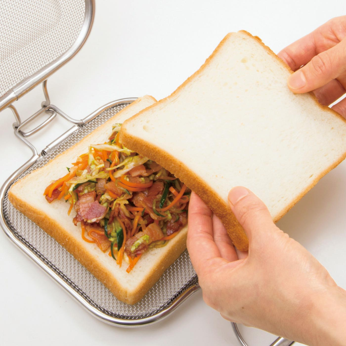 HOW TO USE① お好みの具材をパンに挟んで。