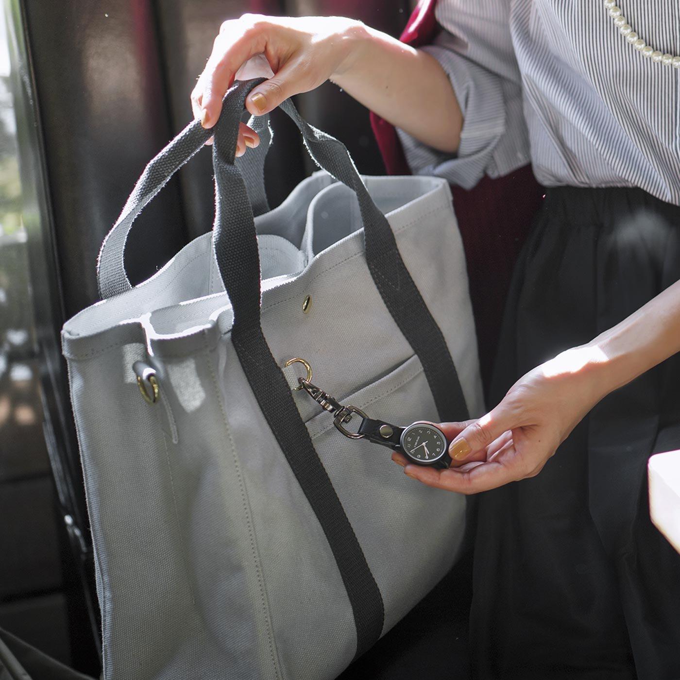 見たいときにすぐ確認 バッグに付けられるフックウォッチ〈ブラック〉