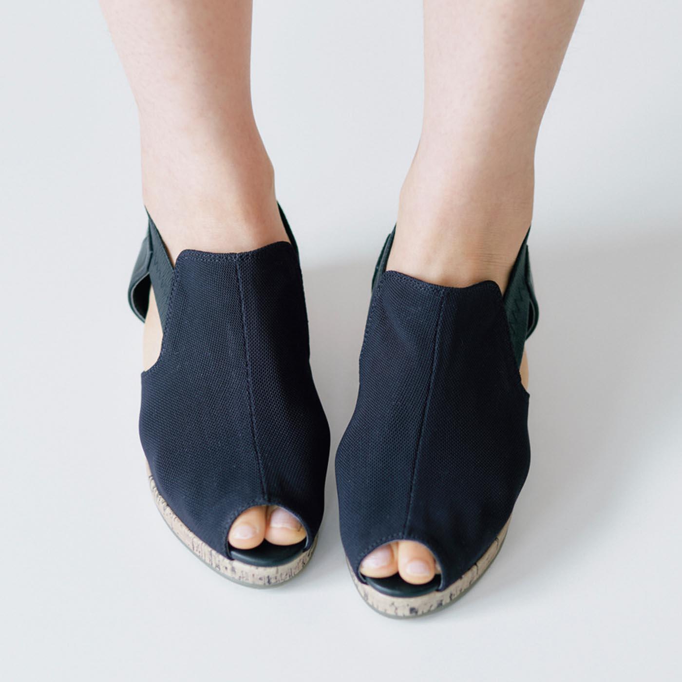 甲をしっかり支えて歩きやすいロングノーズサンダル。美脚見せもかかないます。