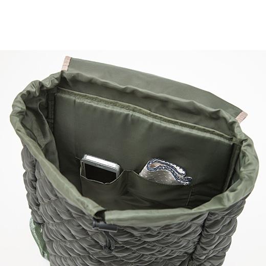 内ポケットにはスマートフォンやハンカチを入れて。