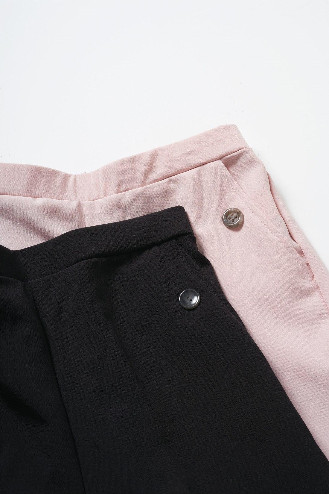 ポケットにボタンを配して着映えポイントに。