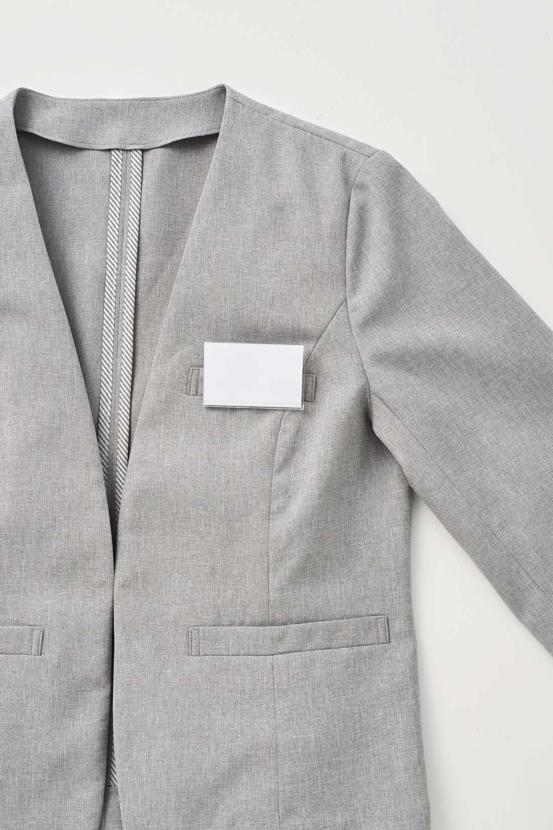 胸ポケットには名札などをクリップではさむこともできて便利。