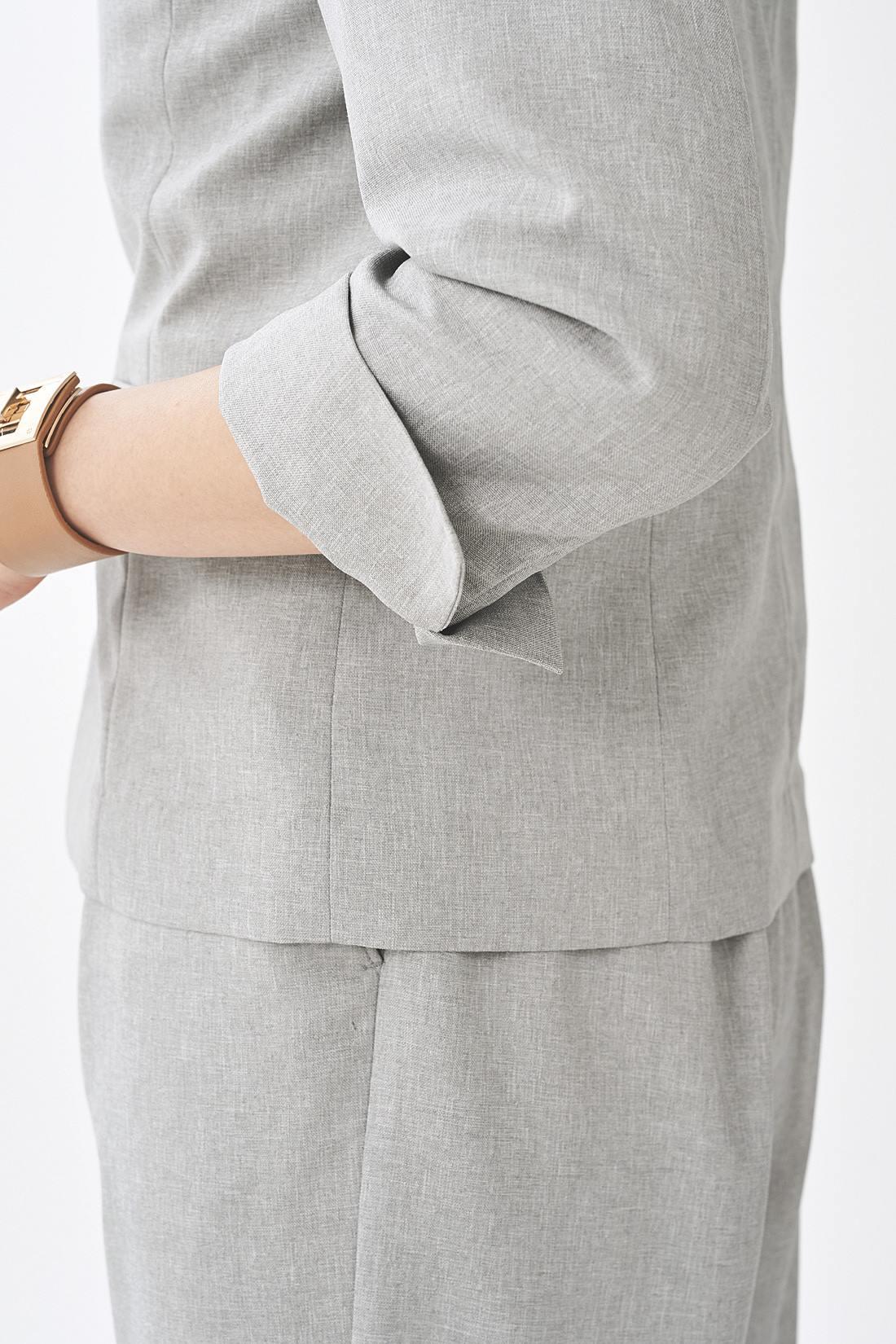 スリット入りの袖は、折り返してもきれい。