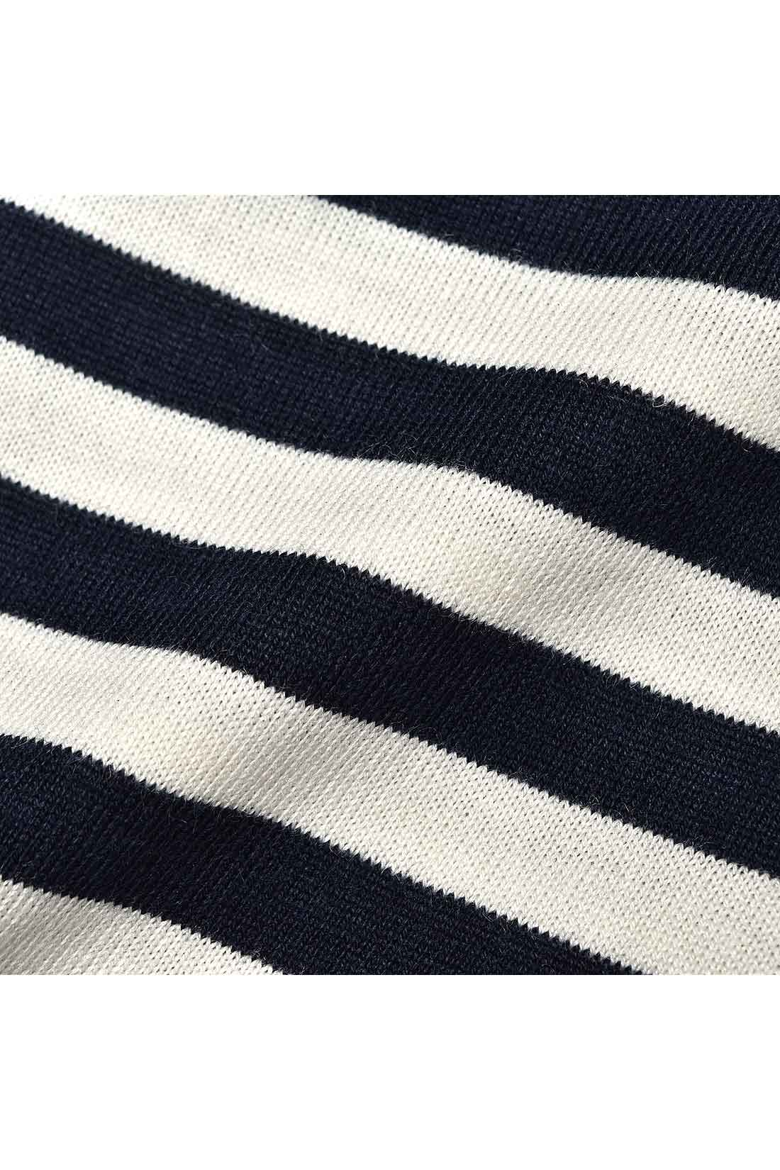 濃紺×白の薄手ボーダーカットソー。