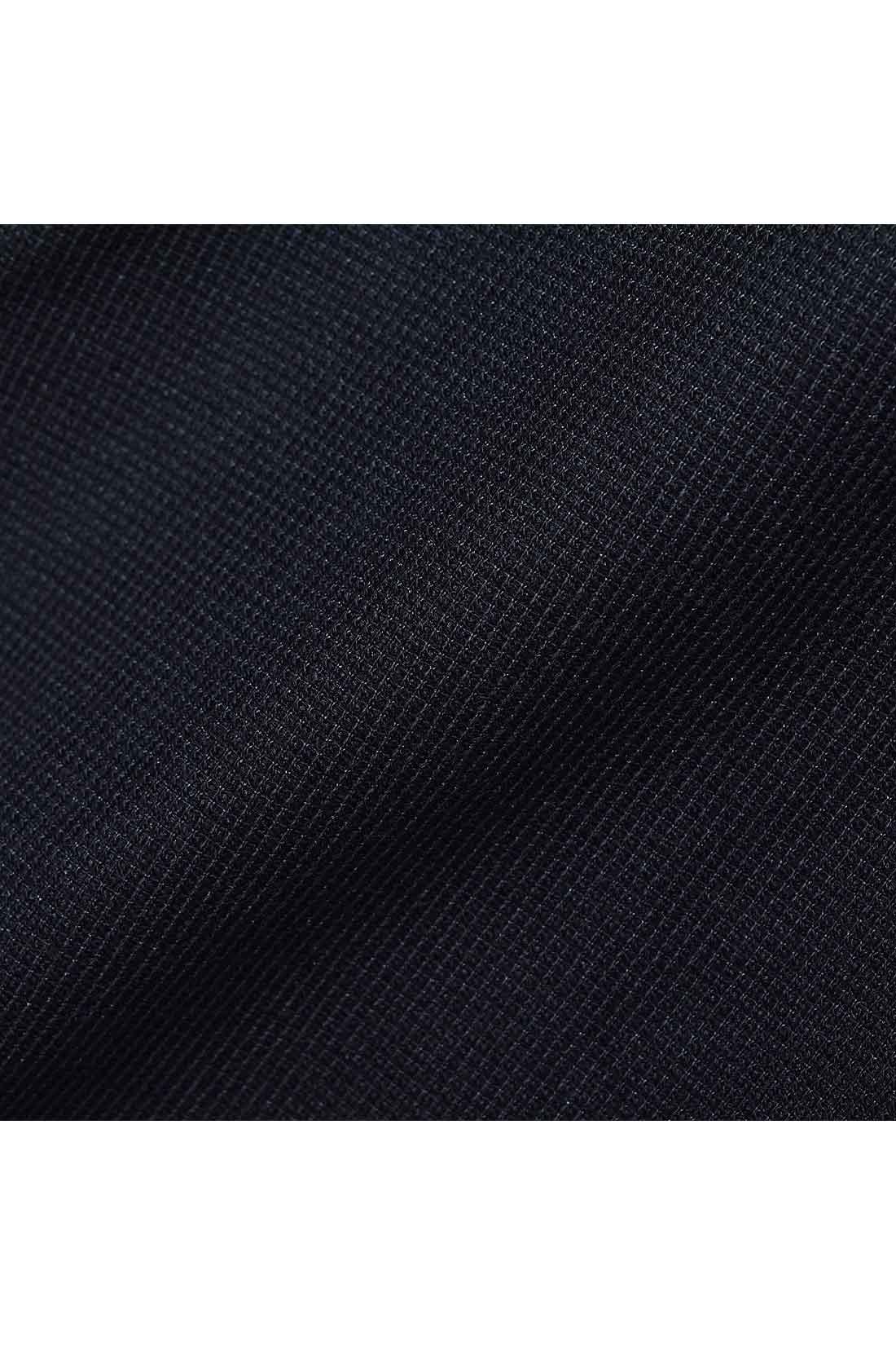 ほどよい厚みで凹凸感のある黒のカットソー素材。