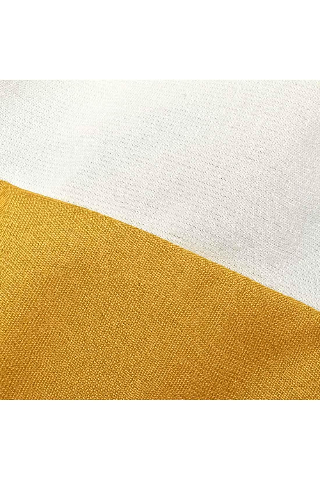 トップスは肉厚なカットソー。スカートはさらりとした布はく。