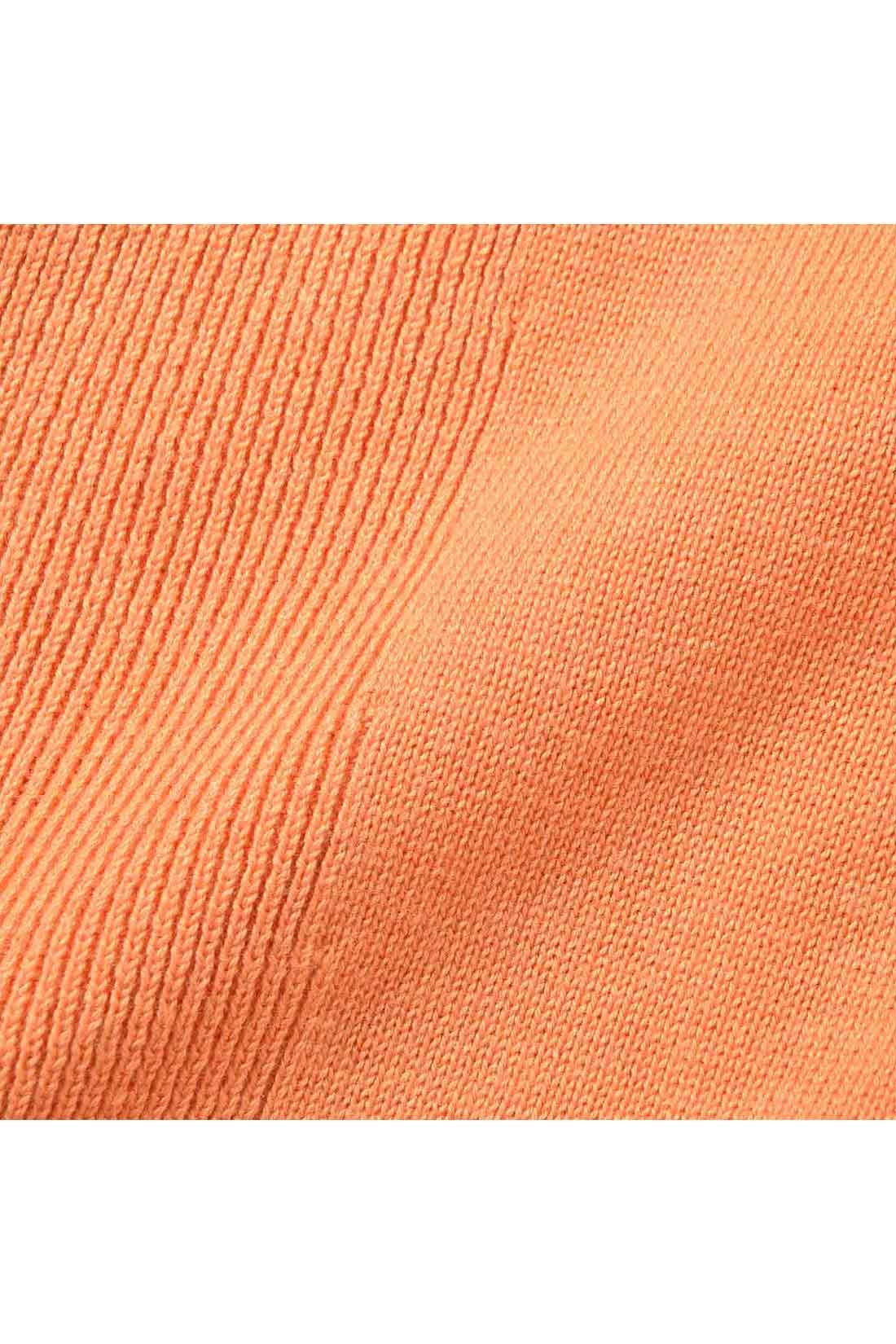 適度な肉厚があり、からだのラインを拾いすぎないコットン100%の素材を使用。