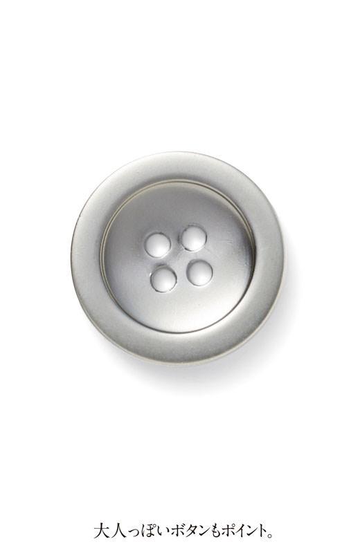 大人っぽいボタンもポイント。