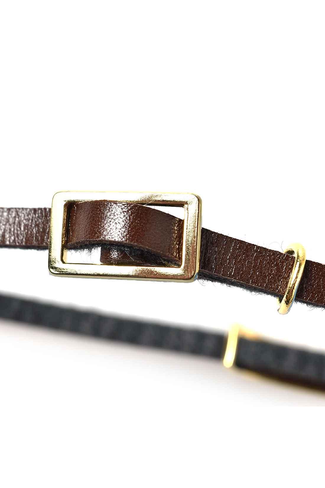 時計のベルトみたいなバックルパーツ。着脱しやすくスタイリッシュな存在感。