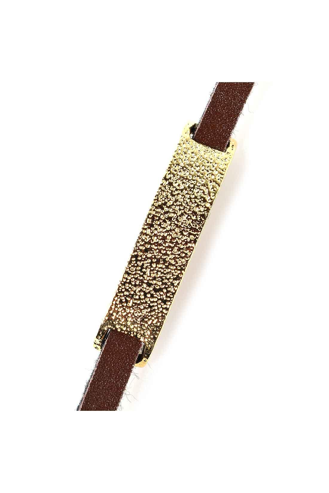 〈槌目〉のゴールドプレートと本革を使用。