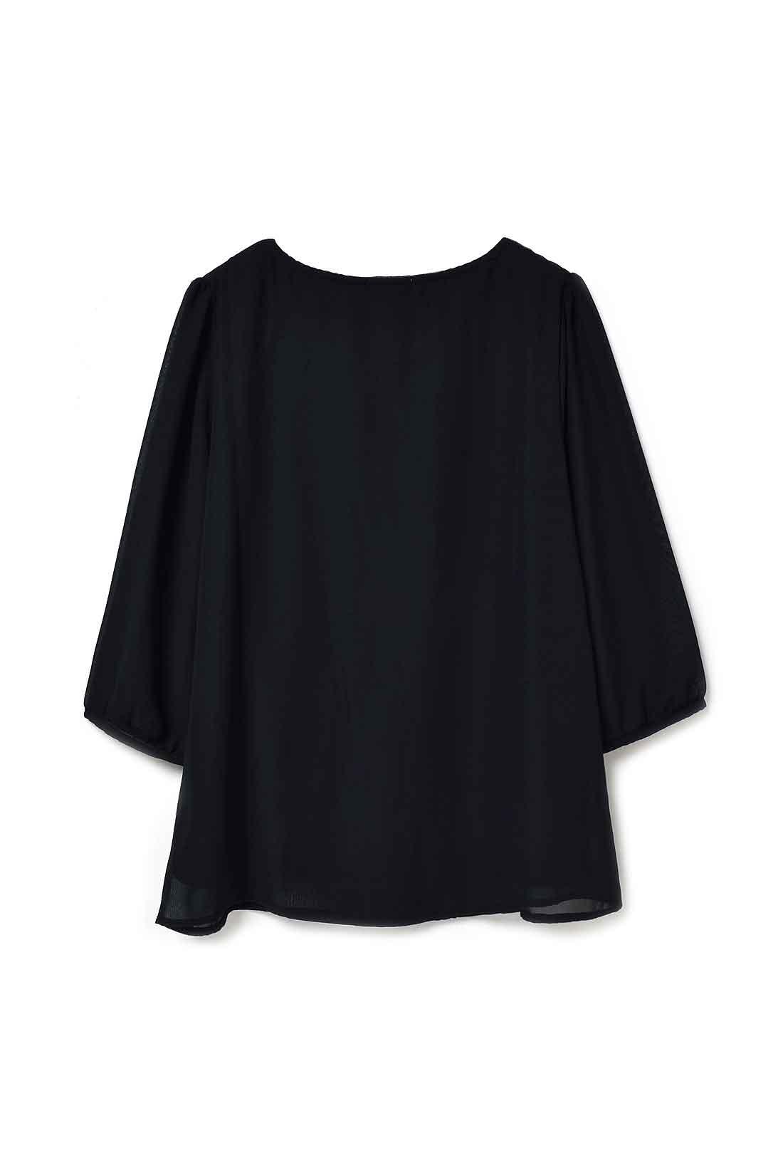 Back 背中も全面シフォンの二枚仕立て。袖はシフォン一枚仕立てで軽やか。