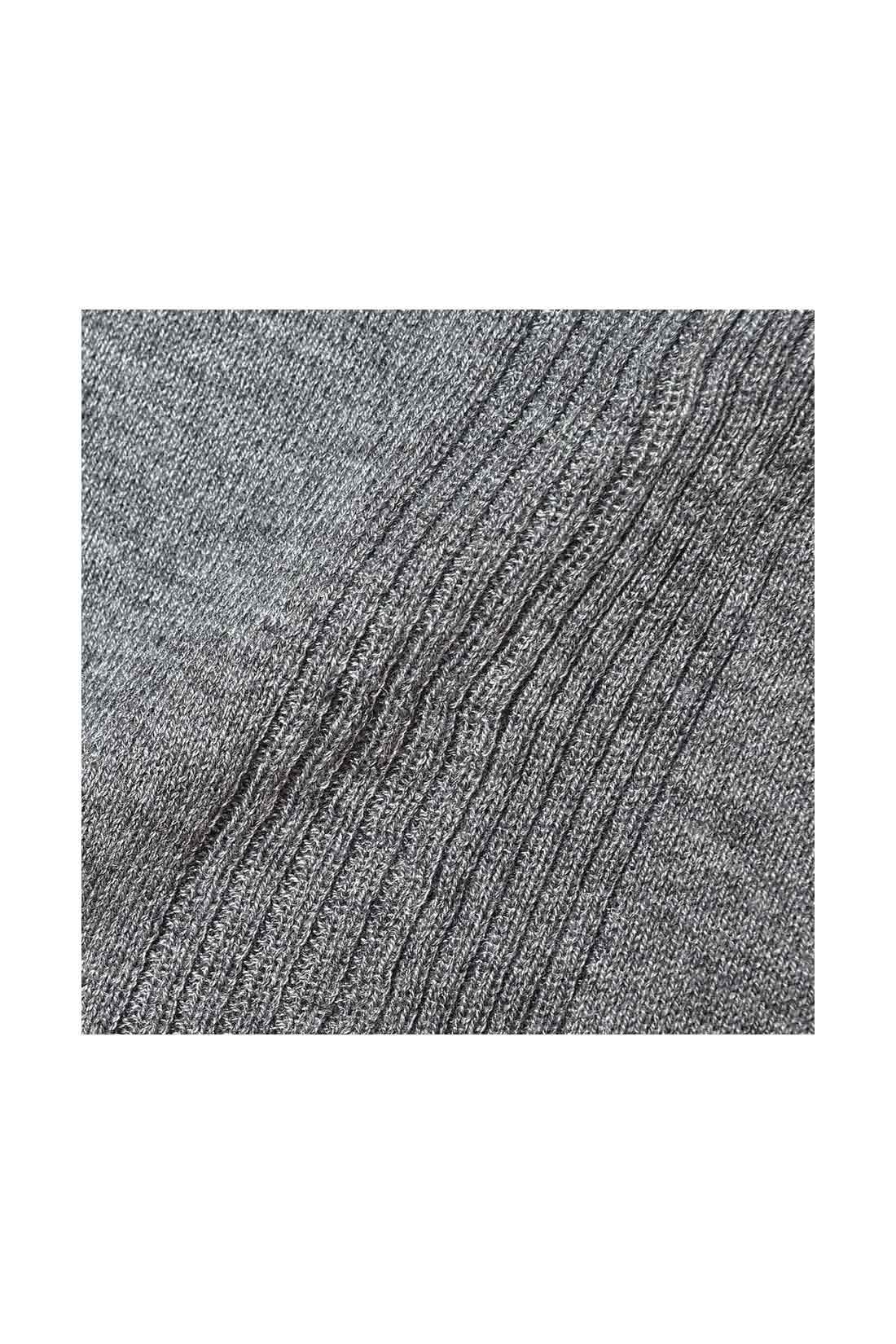 てろやかな落ち感のある上品な素材。ほどよい光沢感とカシミアタッチの肌ざわりが上質な印象です。