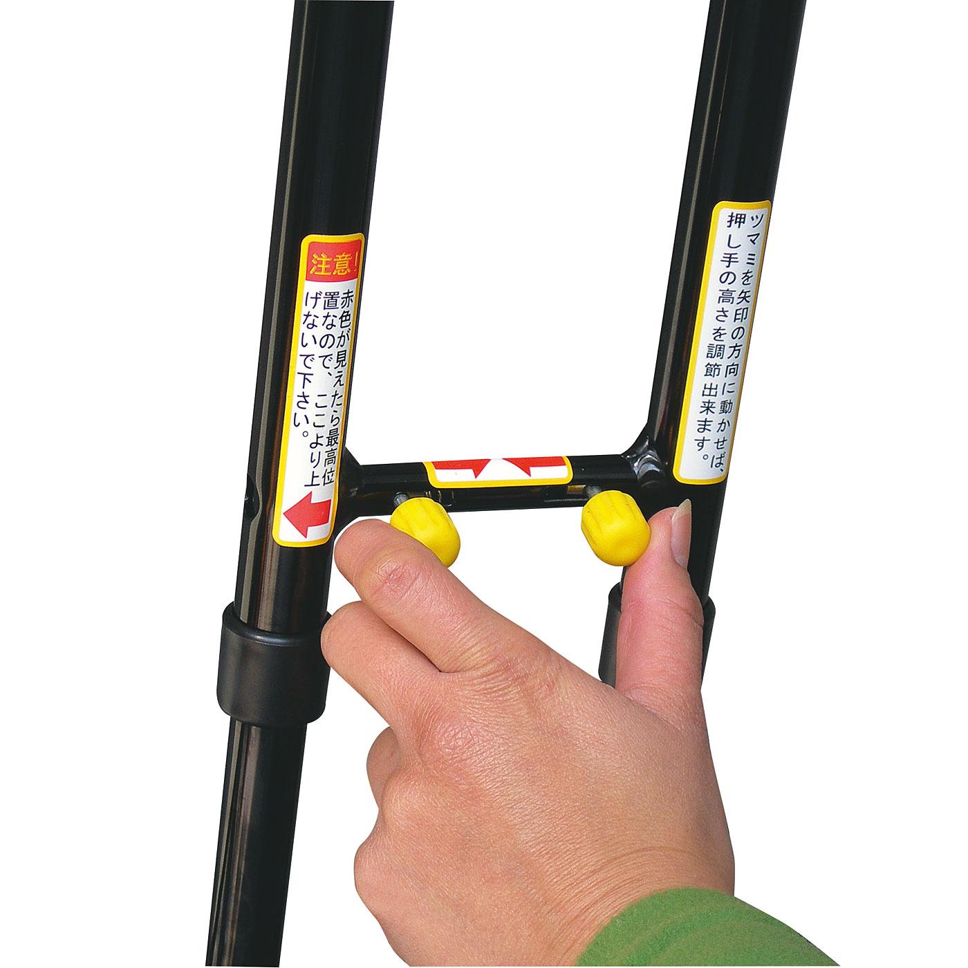 ワンタッチ押し手高さ調節。片手で簡単に押し手の高さ調節が可能。ワンタッチで小さくでき、収納時にも便利です。