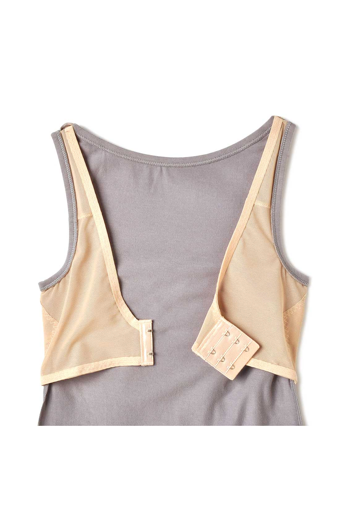 BACK(肌側) 着てからホックを留める仕様。ピタッとボディーに寄り添いながら安定感のある着け心地。