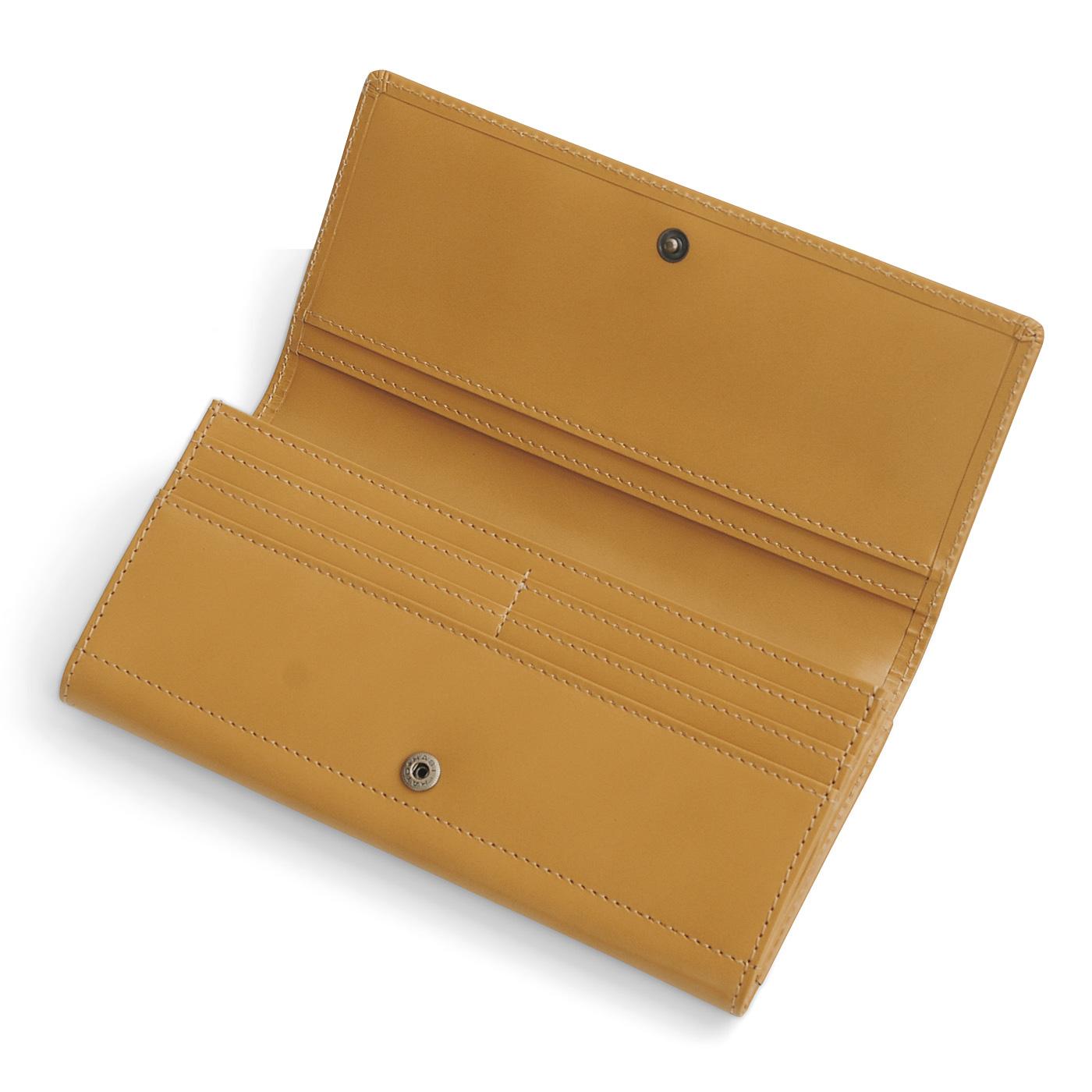 カードポケットは16枚収納。オープンポケットも充実。