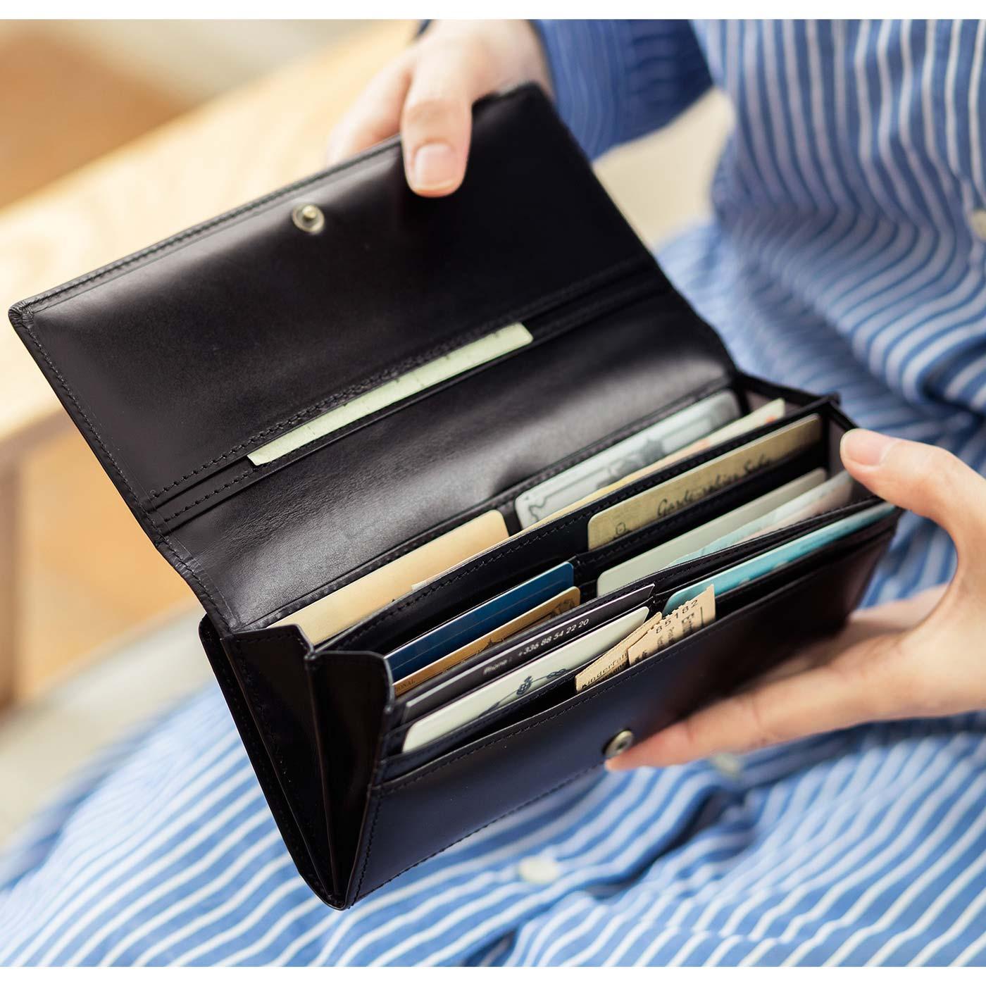 2スタイルともロングセラーだけあって、使い勝手は抜群! カード類もたっぷり入って、オープンポケットも充実。ふだんは長財布、旅行やミニバッグの日は折り財布と使い分けても。