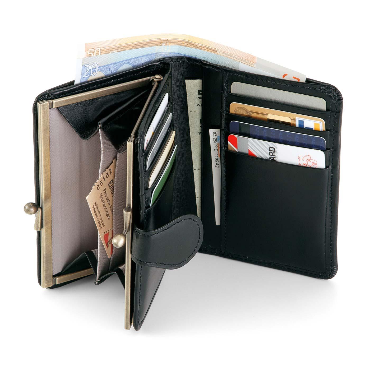 がばっと大きく開くがま口は、中身が見やすく、出し入れもスムーズ。カードポケットは8枚収納、オープンポケットは2室。