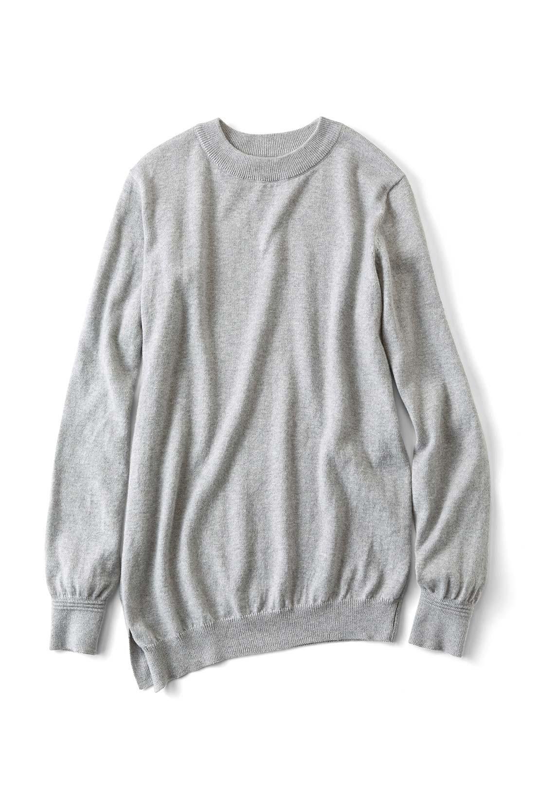 ノーブルな〈ライトグレイ〉 袖にはこだわりのタック編みでさりげないアクセント。